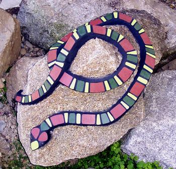 Maria haag mosaikart mosaikkunst mosaike f r garten mosaik schlange burgund gr n hellgr n - Garten mosaik ...